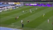 Tachtsidis non riesce a stoppare una palla al limite dell'area dell'Udinese
