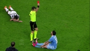 Tackle da dietro per Cataldi che stende Tevez: rosso inevitabile allo Juventus Stadium