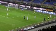 Kuzmanovic ripete due volte lo stesso tacco ed evita i difensori scaligeri