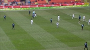 Ujkani è attento e para il tiro da fuori area di Sneijder