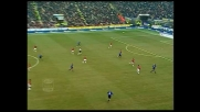 Veron cerca di sorprendere il Milan con un tiro da fuori