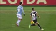 Vidal ruba palla ad Hernanes con un tackle a centrocampo