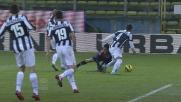 Vidal tocca Sau in area, rigore per il Cagliari