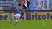 Wague va in chiusura acrobatica su Mertens in Udinese-Napoli