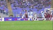 Mauri chiude la rete di passaggi della Lazio concludendo in goal con un colpo di testa