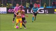 Vazquez affonda il tackle da dietro e si guadagna il cartellino giallo