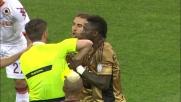 Muntari cerca di bloccare l'arbitro sul secondo giallo in Milan-Roma