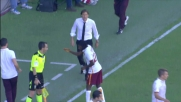 Fair play di Gervinho al Barbera. L'attaccante della Roma saluta il guardialinee